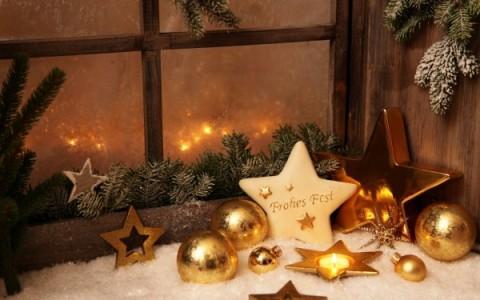 Fensterdeko-zu-Weihnachten-goldene-sterne-kerze