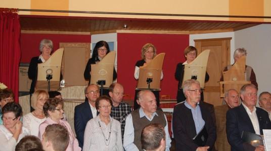 Sängerfreunde im Vordergund gemeinsam mit der Veeh Harfen Gruppe