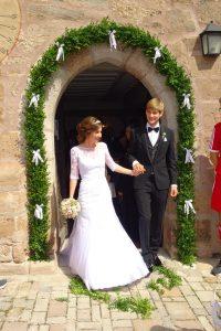 Das Brautpaar vor der Kirche in Laubendorf