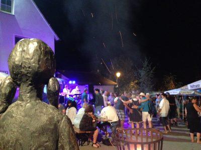 mehr Dorffest geht nicht. Aus der Sicht des Dorfbrunnens vor der Feuerschale und den tanzenden Besuchern