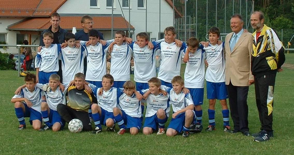 D-Jugend zusammen mit Manfred Fischer anlässlich der ungeschlagenen Saison.