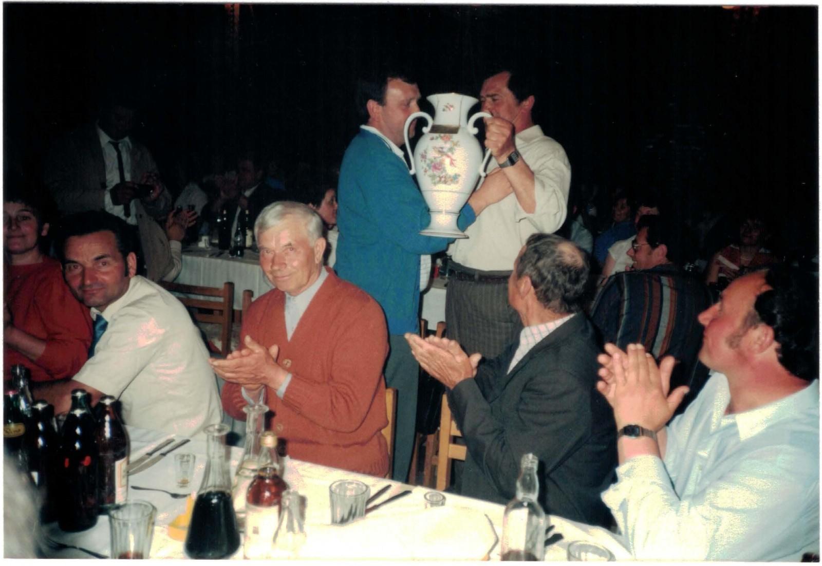 Der SFL erhält einen großen Porzelanpokal mit Widmung vom Vorstand des TSZ SK Ketsoprony als Erinnerungsgeschenk.