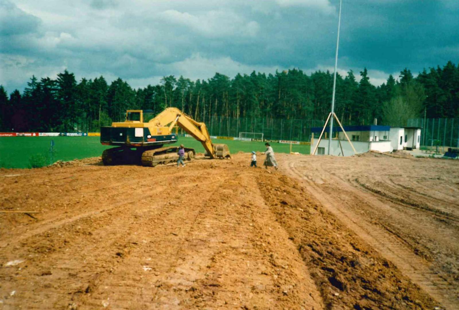 Baustelle für den neuen Sportplatz im Herbst 1991